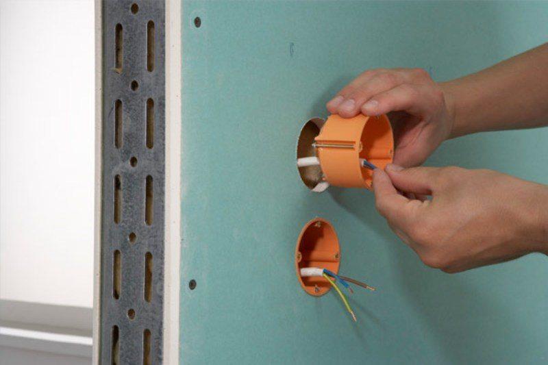 как закрепить розетку в гипсокартоне